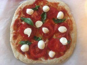 pripravená pizza už môže ísť do rozohriatej rúry