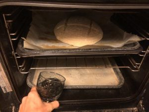 Naty ukazuje, ako naliať vodu do plechu pri sádzaní chleba do rúry