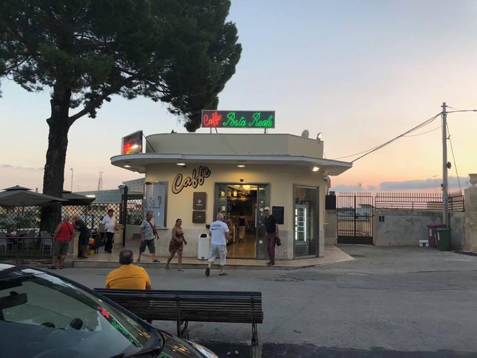 kaviareň pred vstupnou bránou v Noto, kde si Naty dala minicanollo a kávu
