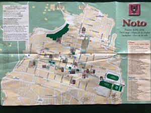 V každom obchodíku so suvenírmi dostaneš zdarma mapku mesta- radí Naty