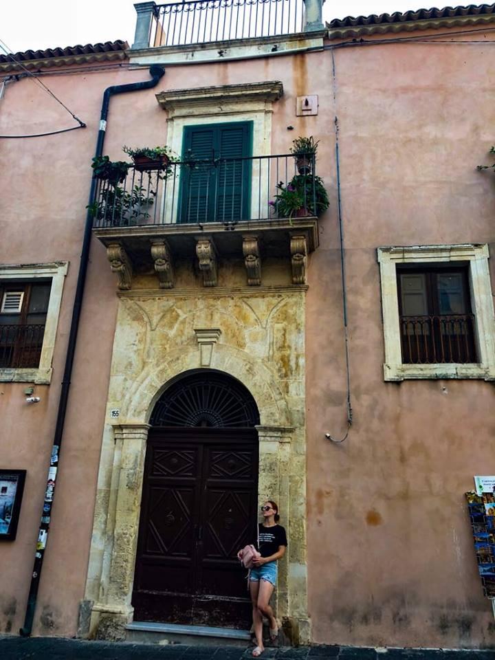 staroružový dom na hlavnej ulici historického cesntra Naty nadchol