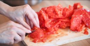 Chuť od Naty krája paradajky na zapečené cestoviny