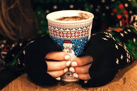 Chuť od Naty si rada zohrieva ruky horúcou čokoládou