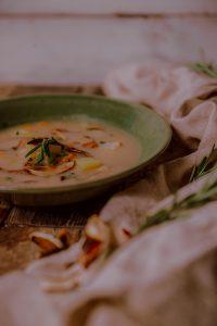 Naty varí jednoduchú a sýtu polievku Julajda