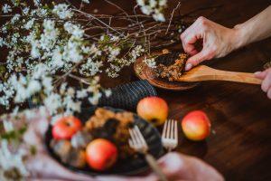 chutný a zdracý koláč s jablkami, mrkvou a makom podľa Naty chutí každému